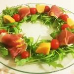 柿の生ハム巻きで、クリスマスリース風サラダ