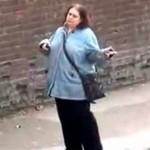 【動画】バスを待ちながら、密かにダンスしてる女性